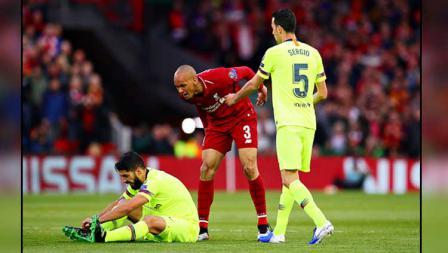 Bek Liverpool, Fabinho (tengah) meluapkan emosinya terhadap striker Barcelona, Luis Suarez.