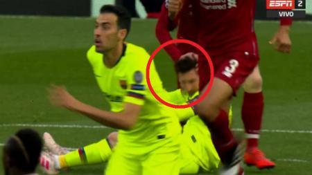 Andrew Robertson merasa menyesal telah menempeleng kepala Lionel Messi saat Liverpool menghadapi Barcelona musim lalu - INDOSPORT