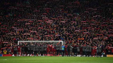Seluruh skuat Liverpool dan jajaran pelatih menyanyikan You Will Never Walk Alone bersama para supporter.