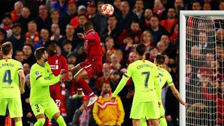 Sundulan berkelas dari gelandang Liverpool, Georginio Wijnaldum ke gawang Barcelona. - INDOSPORT