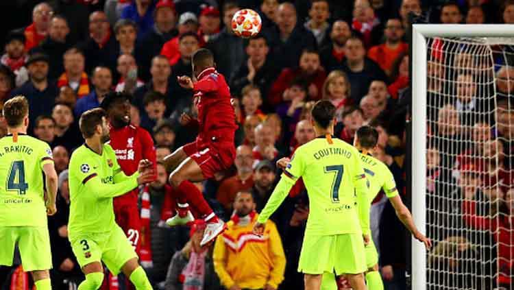Sundulan berkelas dari gelandang Liverpool, Georginio Wijnaldum ke gawang Barcelona. Copyright: Chris Brunskill/GettyImages