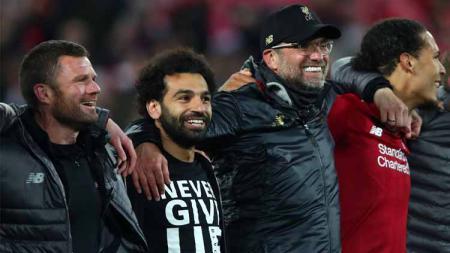Meski absen, Mohamed Salah ikut merayakan keberhasilan Liverpool melaju ke final Liga Champions 2018/19. - INDOSPORT