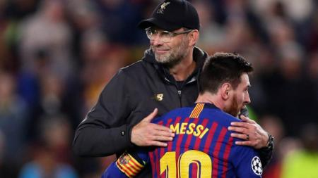 Jurgen Klopp dan Lionel Messi berpelukan usai pertandingan Liga Champions antara Liverpool vs Barcelona, Rabu (08/05/19) dini hari WIB. - INDOSPORT