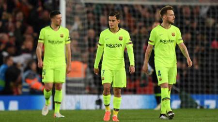 Philipe Coutinho (tengah) terlihat kecewa setelah Barcelona kalah dan gagal ke babak final Liga Champions 2018/19. - INDOSPORT