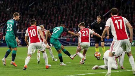 Meski dikepung oleh para pemain Ajax Amsterdam, Lucas Moura tetap mampu melepaskan tembakan yang berbuah menjadi gol.