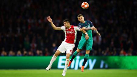 Duel udara antara striker Ajax Amsterdam, Dusan Tadic (kiri) dengan bek kiri Tottenham Hotspur, Kierran Trippier menjadi salah satu sajian yang menarik untuk disaksikan. - INDOSPORT