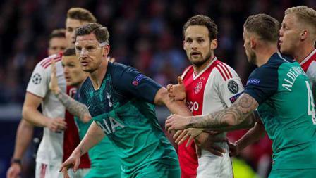 Para pemain Ajax Amsterdam dan Tottenham Hotspur saling menutup celah agar tak terjadi hal tidak diinginkan.