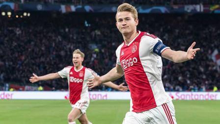 Bek tengah sekaligus kapten Ajax Amsterdam, Matthijs de Ligt sempat memberikan keunggulan di babak pertama atas Tottenham Hotspur.
