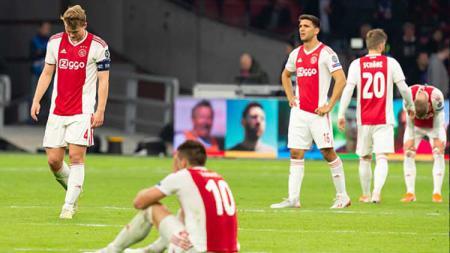 Sempat ekspresi senang karena unggul lebih dulu, namun pada akhirnya para pemain Ajax Amsterdam tertunduk lesu saat dikalahkan Tottenham Hotspur. - INDOSPORT