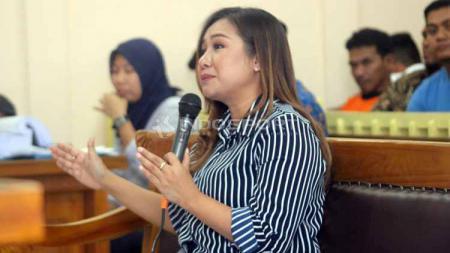 Kubu Lasmi Indaryani kurang puas dengan keputusan hukuman yang dijatuhkan ke enam terdakwa kasus mafia pengaturan skor sepak bola Indonesia. - INDOSPORT
