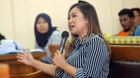 Lasmi saat memberikan keterangan di dalam ruang sidang. Foto: Ronald Seger Prabowo/INDOSPORT - INDOSPORT