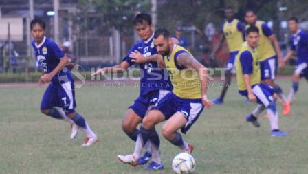 Pemain Persib Bandung, Artur Gevorkyan dan Puja Abdullah.