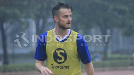 Pemain anyar Persib Bandung, Rene Mihelic tampak serius saat sedang latihan. - INDOSPORT