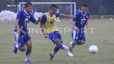 Persib Bandung tetap latihan meski diguyur hujan.