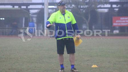 Pelatih Persib Bandung, Robert Rene Alberts memberikan arahan saat sedang latihan.