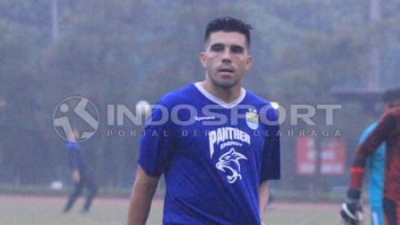 Pemain Persib Bandung, Fabiano Beltrame saat berlatih di Lapangan Saraga ITB, Kota Bandung, Kamis (09-05-19)..jpg - INDOSPORT