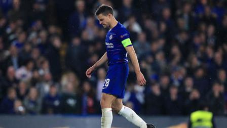 Ekspresi kecewa bek kanan sekaligus kapten Chelsea, Cesar Azpilicueta setelah eksekusi penaltinya ke gawang Frankfurt tak berhasil menjadi gol.