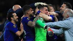 Indosport - Selebrasi para pemain Chelsea setelah menang dramatis atas Frankfurt dalam drama adu penalti.