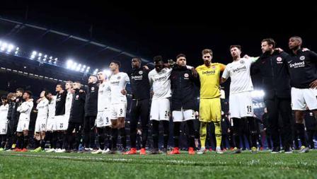 Para pemain Eintracht Frankfurt memberikan ucapan terima kasih kepada para pendukungnya yang jauh-jauh datang dari Jerman ke Inggris untuk mendukung mereka