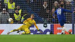Indosport - Momen ketika pemain megabintang Chelsea, Eden Hazard menjadi algojo terakhir dalam adu penalti melawan Frankfurt.
