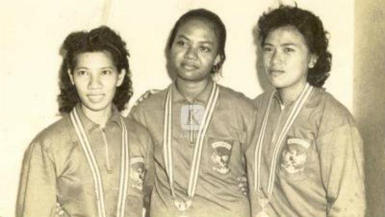 Mantan atlet bulutangkis putri Indonesia (alm) Minarni Soedaryanto (tengah). Copyright: Twitter/@Mah5Utari/Arsip Kompas