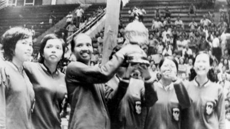 Eks pebulutangkis putri Indonesia (alm) Minarni Soedaryanto (tengah) saat mengangkat trofi. - INDOSPORT
