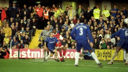 Kanu mencetak gol ke gawang Chelsea - INDOSPORT