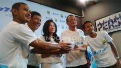 Indosport - Manajemen PT Persib Bandung Bermartabat (PBB) memperkenalkan Azzuri sebagai sponsor anyar Persib di musim 2019 di 1933 Dapur & Kopi, Jalan Sulanjana, Kota Bandung, Jumat (10/05/19).