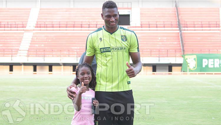 Amido Balde bersama anaknya Copyright: Fitra Herdian/INDOSPORT