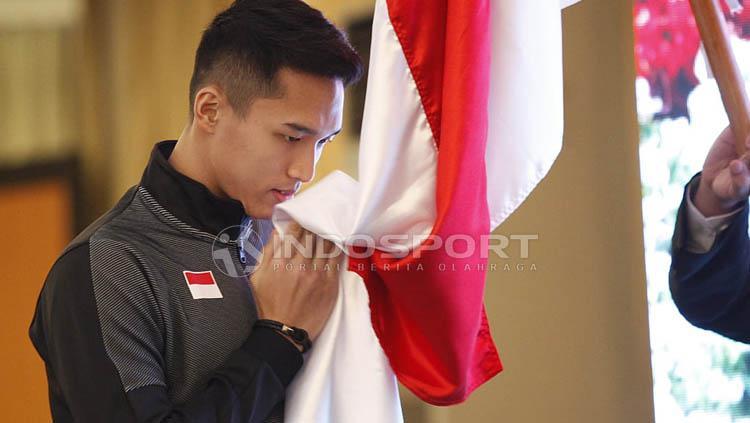 Prosesi mencium bendera Merah Putih oleh kontingen Indonesia pada acara Pelepasan Tim Piala Sudirman 2019 di Hotel Atlet Century, Jakarta, Sabtu (10/05/19). Copyright: Herry Ibrahim/INDOSPORT