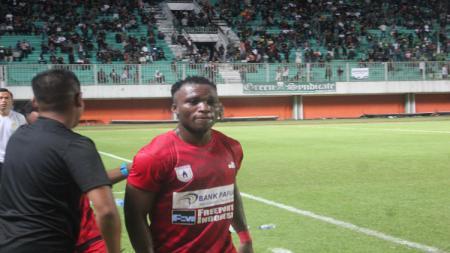 Gelandang anyar Persipura Jayapura, Ibrahim Conteh, pada pertandingan uji coba kontra PSS Sleman, Kamis (09/05/19). - INDOSPORT