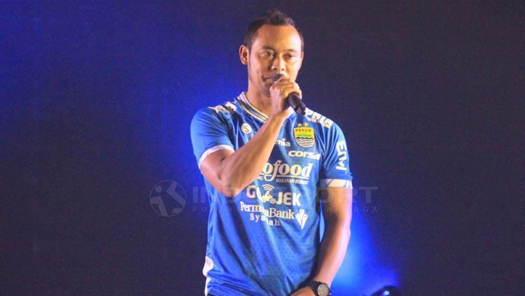 Atep mendapatkan penghargaan dari manajemen Persib saat launching tim Persib di Hotel Savoy Homann, Kota Bandung. Arif Rahman/INDOSPORT Copyright: Arif Rahman/INDOSPORT