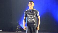 Indosport - Febri Hariyadi salah satu bintang dalam peluncuran jersey anyar Persib Bandung. Arif Rahman/INDOSPORT
