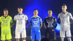 Indosport - Jersey yang akan digunakan Persib Bandung untuk mengarungi musim 2019. Arif Rahman/INDOSPORT