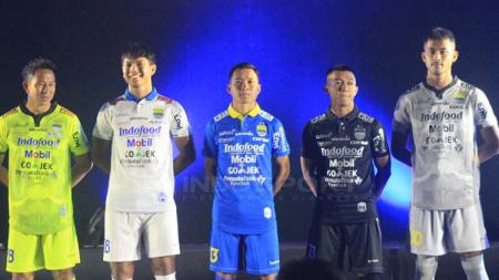 Jersey yang akan digunakan Persib Bandung untuk mengarungi musim 2019. Arif Rahman/INDOSPORT - INDOSPORT