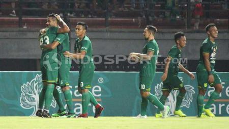 Selebrasi para pemain Persebaya usai cetak gol ke gawang Persela di laga uji coba. - INDOSPORT