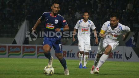 Pemain PSIS coba mempertahankan bola dari rebutan pemain Arema FC. Ronald Seger Prabowo/INDOSPORT - INDOSPORT