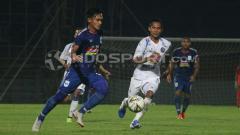 Indosport - Suasana pertandingan uji coba PSIS vs Arema FC.