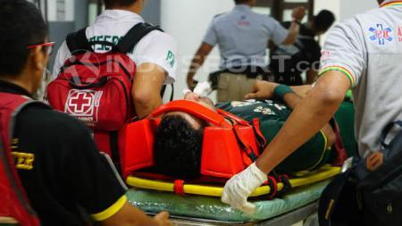Otavio Dutra saat menjalani perawatan oleh tim medis. - INDOSPORT