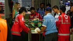 Indosport - Otavio Dutra saat menjalani perawatan oleh tim medis.