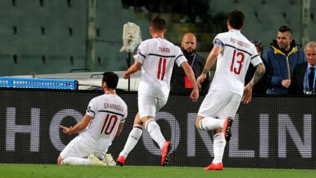 Selebrasi para pemain AC Milan usai cetak gol ke gawang Fiorentina. - INDOSPORT