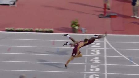 Salah satu pelari melakukan hal yang tak biasa agar melewati garis finish. - INDOSPORT