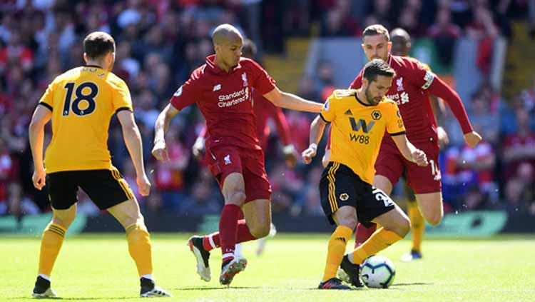 Joao Moutinho dikawal ketat Fabinho dalam laga Liga Primer Inggris di Anfield 12/05/19. Laurence Griffiths/Getty Images Copyright: Laurence Griffiths/Getty Images
