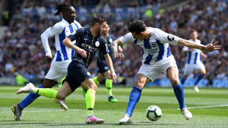 Bernardo Silva dikawal ketat dua sekaligus pemain Brighton & Hove Albion dalam laga Liga Primer Inggris di American Express Community Stadium 12/05/19. Mike Hewitt/Getty Images - INDOSPORT