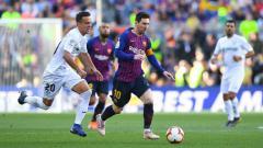 Indosport - Lionel Messi saat membawa bola dan berusaha direbut oleh para pemain Getafe.