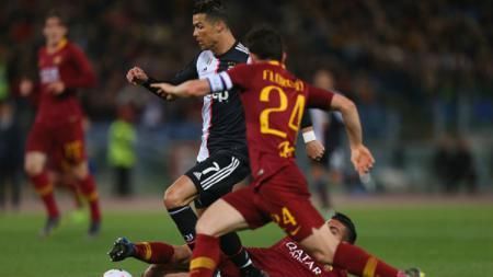 Crisitano Ronaldo coba dijegal oleh para pemain AS Roma. - INDOSPORT