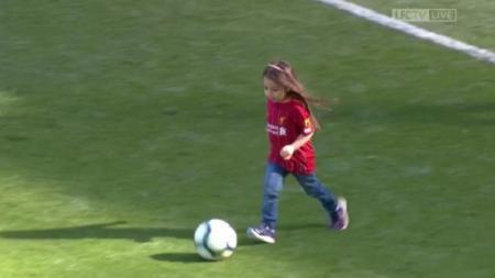 Aksi Makka, putri Mohamed Salah, menggiring bola di Anfield usai laga Liverpool vs Wolves (13/05/19). - INDOSPORT