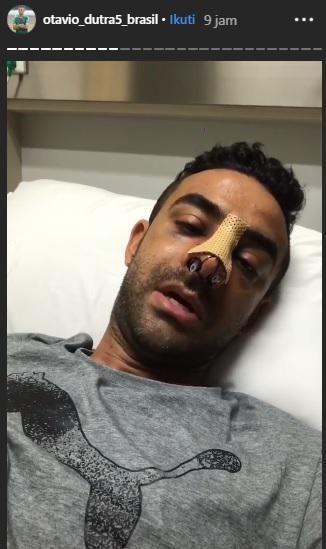 Bek Persebaya Surabaya membagikan kondisi terbarunya pasca operasi hidung, Minggu (12/05/19) pagi hari WIB. Copyright: Instagram/Otavio Dutra