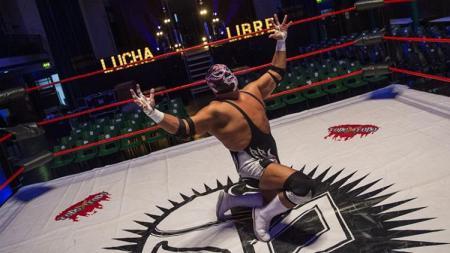 Cesar Baron, Silver King meninggal dunia di atas ring saat bertanding. Jack Taylor/Getty Images. - INDOSPORT