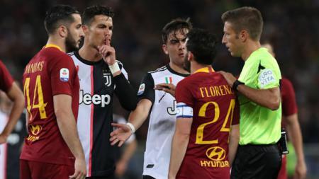 Cristiano Ronaldo mengejek kapten AS Roma, Alessandro Florenzi dalam laga yang berlangsung di Stadion Olimpico, Senin 13 Mei 2019. - INDOSPORT